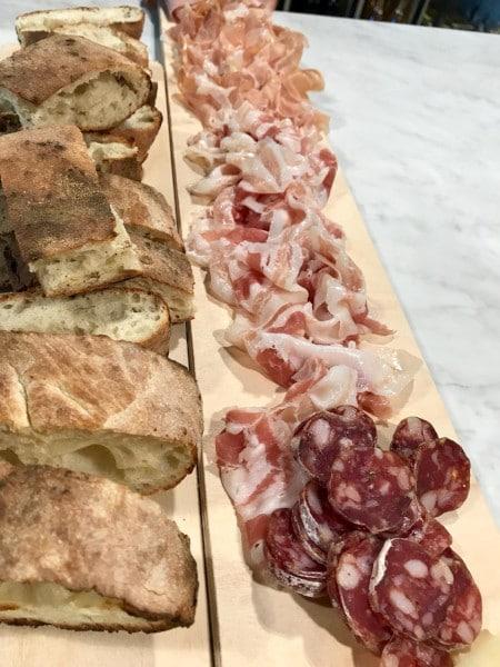 Planche de charcuteries de cochons noirs élevés en Italie et nourri aux glands à emporter