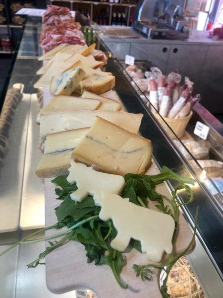 planche à raclette à emporter : fromages et charcuteries